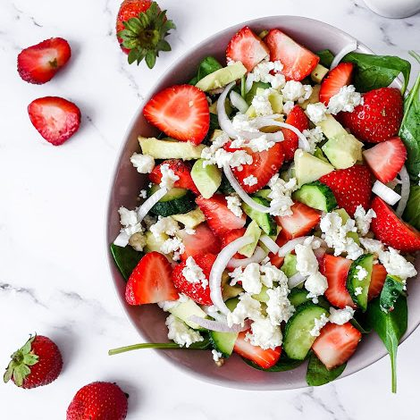 Salata de quinoa cu capsuni, spanac, avocado si castraveti