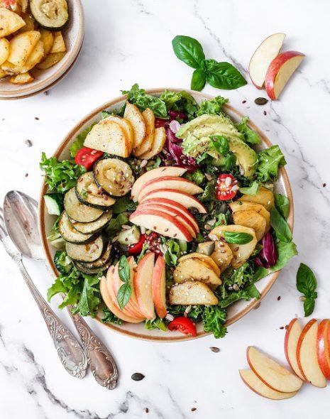 Salata de kale cu mar, zucchini si cartofi copti