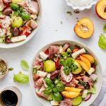 Salata cu nectarine, pepene galben, brie si prosciutto